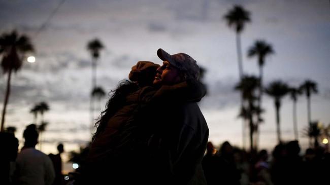 Bersiap berangkat dari Amerika Tengah menuju Amerika Serikat, pasangan ini berpelukan untuk saling menguatkan. (REUTERS/Kim Kyung-Hoon)
