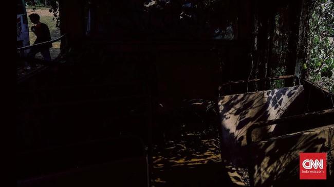 Petinggi Metromini mengklaim masih ada ribuan orang yang menggantungkan hidup dari bus oranye-biru itu, meski terseok-seok mempertahankannya. (CNN Indonesia/Adhi Wicaksono)