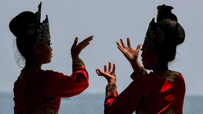 Dua penari berlatih sebelum pentas di Festival Pesona Tanjung Lesung (FPTL)2018.