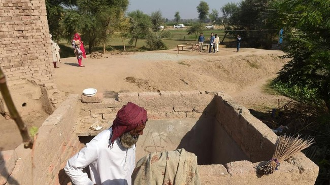 Kurangnya toilet adalah masalah penting bagi wanita. Mereka harus mengambil risiko untuk buang air tengah malam di balik kegelapan. (ARIF ALI / AFP)