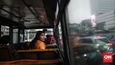 Banyak Metromini dalam kondisi tak layak. Pedal gas diikat karet ban dalam, bunyi kopling melengking, lantai keropos, spidometer tak berfungsi, hingga interior bus berkarat di sana sini. (CNN Indonesia/Safir Makki)
