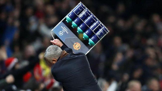 Man United Cetak Gol Kemenangan, Mou Banting Keranjang Botol