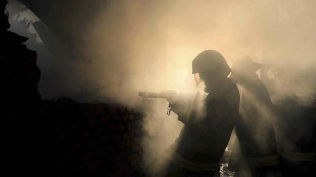 Pemadam kebakaran bekerja keras untuk memadamkan api di sebuah gudang di Kathmandu, Nepal. (REUTERS/Navesh Chitrakar)