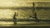 Tiga gestur berbeda dari pengunjung yang menikmati deburan ombak Pantai Kuta ini merupakan rekaman foto Ivan Sirad. Ia berhasil memadukan siluet, gestur, komposisi segitiga dalam satu frame foto. Tampilan warna monokrom memberi kesan hangatnya pantai di sana.