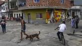 Penduduk San Carlos menjalani kehidupan sehari-hari seperti biasa, mulai menyemai asa untuk masa depan lebih baik. (Photo by JOAQUIN SARMIENTO / AFP)