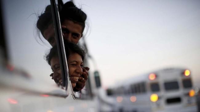 Para migran yang akan bepergian ke Tijuana dariMeksiko bersemangat menghadapi masa depan di tempat baru. (REUTERS/Kim Kyung-Hoon)