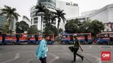 Dalam perjalanannya, Metromini seakan menjadi gambaran transportasi ibu kota yang menyeramkan. Aksi ugal-ugalan sopirkarenamengejar setoran, maraknya kriminalitas di dalam bus, hingga armada yang tak layak beroperasi. (CNN Indonesia/Safir Makki)