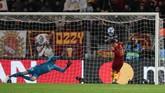 Cengiz Under gagal mencetak gol ke gawang Real Madrid, padahal pemain Turki itu berdiri bebas tanpa kawalan dan tepat berada di depan gawang tim tamu. (REUTERS/Tony Gentile)