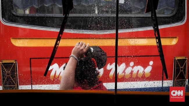 Metrominidan bus sedang lainnya yang berusia lebih dari sepuluh tahunterancam setop beroperasi mulai2019. Hanya bus yang berusia di bawahsepuluh tahun yang boleh mengaspal di ibu kota. (CNN Indonesia/Safir Makki)