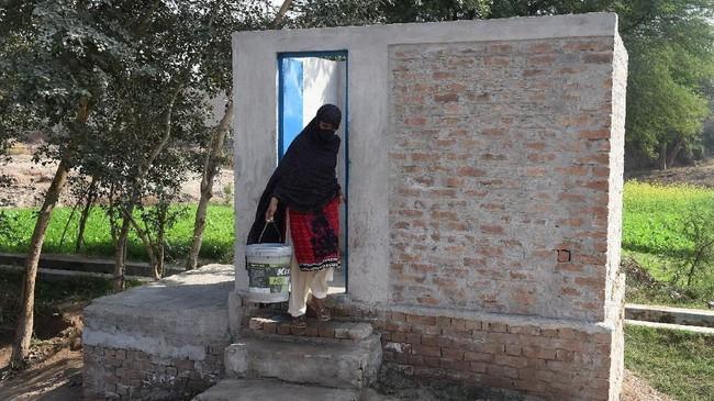 """""""Saya biasanya akan membatasi konsumsi air dan makan lebih sedikit agar tak sering ke kamar mandi,"""" kata menantu Siddiqua, Tahira Bibi. (ARIF ALI / AFP)"""