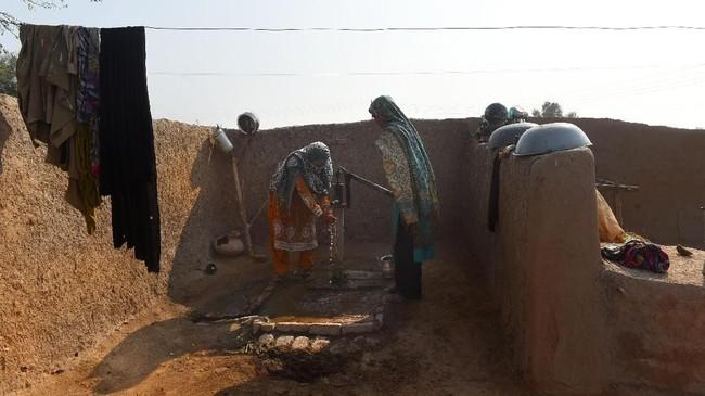 Altaf Hussain, petugas organisasi nirlaba LPP mengatakan bahwa menyediakan toilet adalah tanggung jawab laki-laki di wilayah tersebut. (ARIF ALI / AFP)