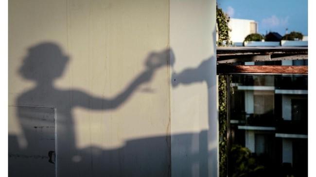 Saat cuaca bagus dan cahaya yang berlimpah menghasilkan bayangan yang tegas. Adikelana Adiwoso memanfaatkan bayangan sepasang pengunjung Hotel Sheraton Bali Kuta Resort yang tengah menikmati sore di rooftop. Shadow atau bayangan juga merupakan aspek fotografi jalanan.
