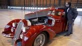 Mobil antik Alfa Romeo 8C 2900B Touring Berlinetta produksi 1939 dipamerkan dihanggarbandara Orly, Prancis, Senin (26/11). Mobil ini merupakan salah satu unit yang akan dibawa ke pameran Retromobile dalam Paris Expo pada 8 - 10 Februari 2019. (REUTERS/Charles Platiau).