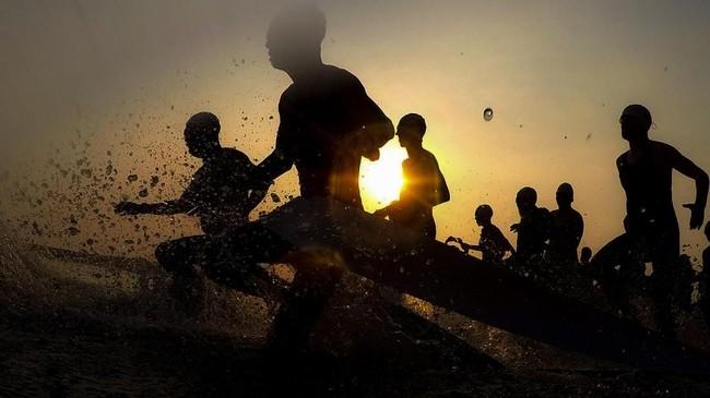 Peserta berlari sebelum berenang ketika mengikuti Rhino X Triathlon diKawasan Ekonomi Khusus (KEK)Tanjung Lesung, Pandeglang, Banten.