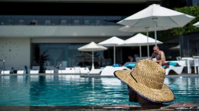 Payung dan topi sebagai pelindung dari terik matahari. Andi Nurfauzan mencoba mencerna suasana kolam renang Hotel Sheraton Bali Kuta Resort ke dalam satu frame dengan memanfaatkan aspek similarity.