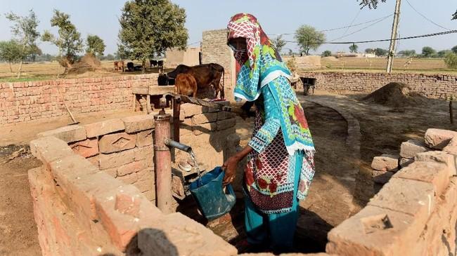 Akses toilet yang terbatas ternyata masih jadi masalah di beberapa negara, termasuk Pakistan. (ARIF ALI / AFP)