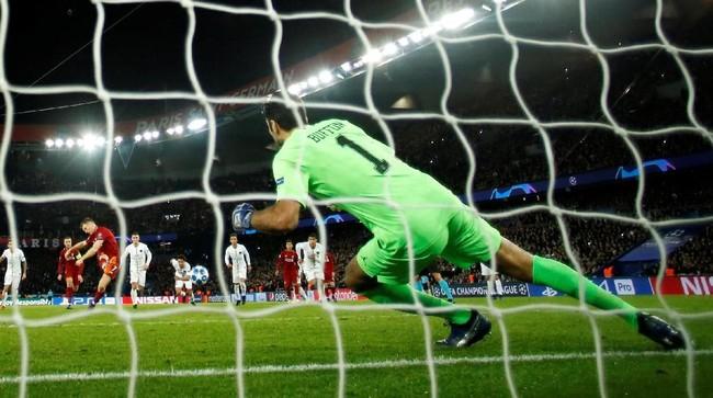 Liverpool kemudian memperkecil kedudukan menjadi 2-1 lewat tendangan penalti James Milner di pengujung babak pertama. (Reuters/Andrew Boyers)