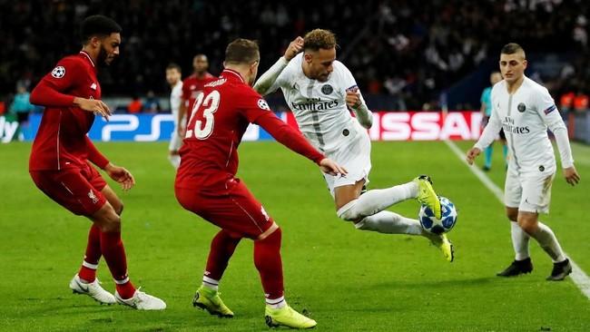 Di pengujung pertandingan, Neymar sempat memamerkan rainbow flick andalannya saat melewati adangan Xherdan Shaqiri. (Reuters/Andrew Boyers)