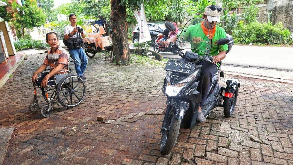 Catur Bambang (45) seorang warga berkebutuhan khusus yang juga sebagai modifikator kendaaraan bagi pendang disabilitas sedang mengerjakan pesanan modifikasi motor di bengkelnya kawasan Bintaro, Jakarta Selatan, Jumat (30/11/2018). (CNBC Indonesia/Andrean Kristianto)