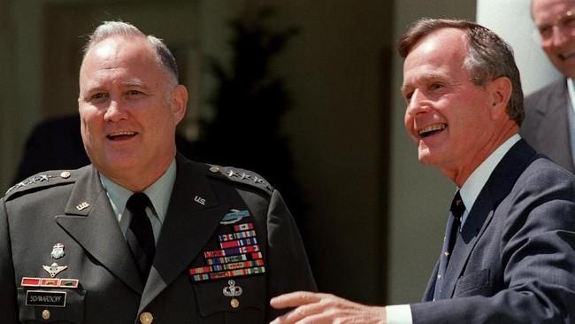 Pemimpin Perang Teluk, Jendral Bintang Empat Norman Schwarzkopf yang mengomandoi serangan koalisi bersama Presiden George H. W. Bush. Ujian terbesar Bush di luar negeri datang ketika Presiden Irak saat itu, Saddam Hussein, menyerang Kuwait. (Photo by J. DAVID AKE / AFP)
