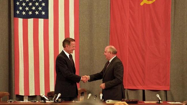 Presiden Uni Soviet, Mikhail Gorbachev, dan George H.W. Bush bersalaman di akhir konfrensi pers. Gorbachev sendiri sempat menawarkan solusi damai atas Perang Teluk, tapi kemudian ditolak oleh Bush. (REUTERS/Rick Wilking/File Photo)