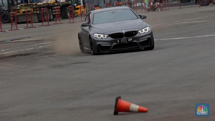Puluhan BMW Mewah Adu Gesit Lakukan Manuver Ekstrem