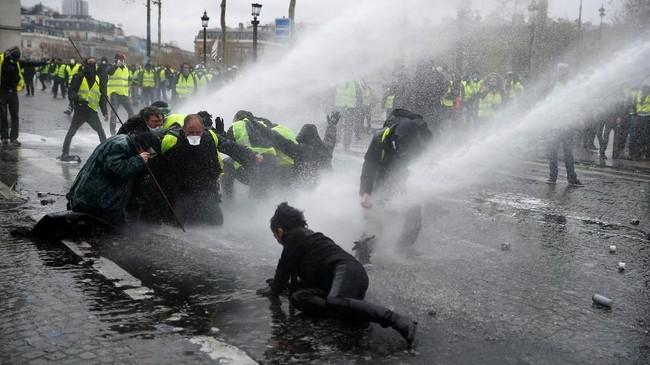 Di Paris, demonstran bentrok dengan polisi, membakar bangunan dan mobil, menjarah toko-toko, dan menghancurkan jendela-jendela. (Reuters/Stephane Mahe)