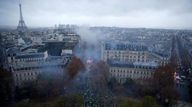 Kerusuhan kembali pecah pada Sabtu (1/2) di pusat kota Paris. Mereka memprotes kenaikan harga BBM. Kerusuhan ini adalah yang terparah di negara itu dalam lebih dari saru dekade terakhir. (Reuters/Stephane Mahe)