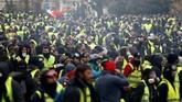 Nama rompi kuning sendiri diambil dari pakaian yang dikenakan demonstran yang rata-rata merupakan para sopir. (Reuters/Stephane Mahe)