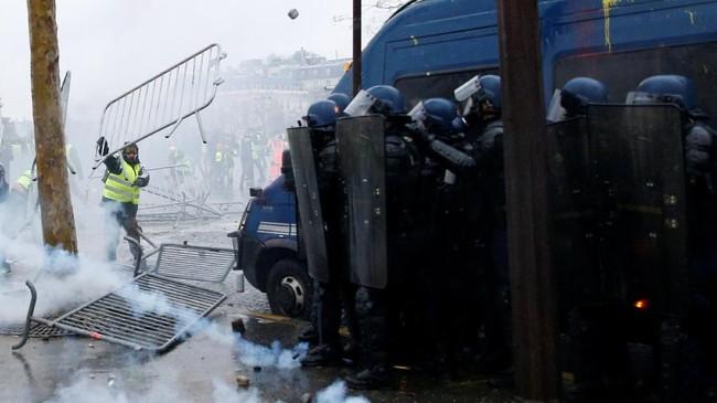Sementara itu, Presiden Prancis Emmanuel Macron, yang pada Sabtu kemarin berada di Argentina untuk menghadiri pertemuan G20, dijadwalkan kembali ke Prancis hari ini, Minggu (2/12). (Reuters/Stephane Mahe)