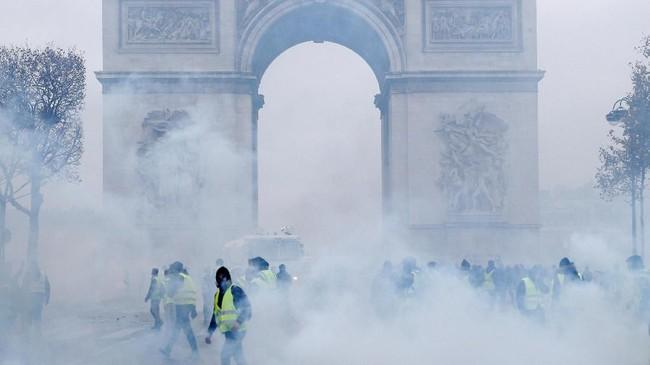 Menurut polisi, di Paris mereka menangkap sekitar 300 orang, sementara 110 orang terluka termasuk 20 anggota pasukan keamanan. (Reuters/Stephane Mahe)