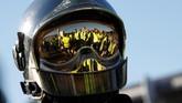 Pemrotes yang dijuluki rompi kuningmemenuhi jalan-jalan di seluruh Prancis selama dua pekan terakhir. (Reuters/Eric Gaillard)