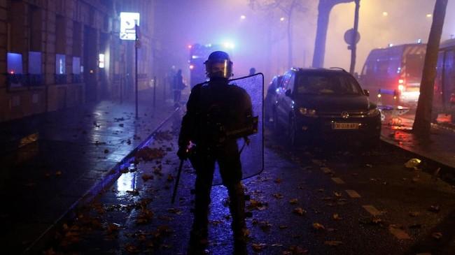 Protes ini disebut membahayakan posisi Macron yang bahkan sebelum kerusuhan sudah mengalami penurunan popularitas sebanyak 20 persen. (Reuters/Stephane Mahe)