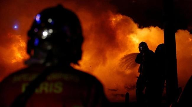 Protes dimulai tiba-tiba pada 17 November lalu, dan menyebar dengan cepat lewat media sosial. Pemrotes memblokir jalanan, akses ke pusat perbelanjaan, pabrik, hingga depot bahan bakar. (Reuters/Stephane Mahe)