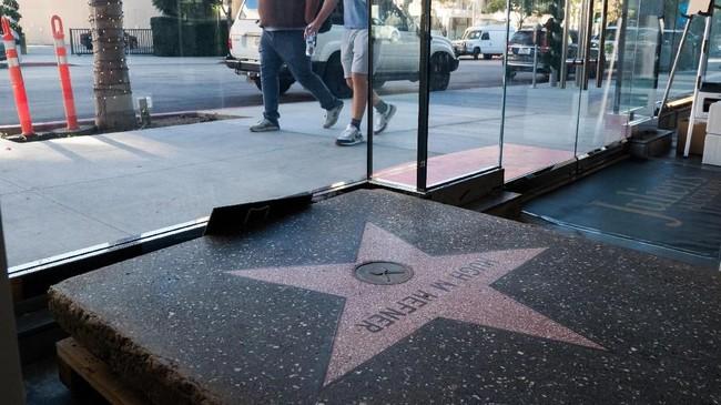 Jejak Hefner di Walk of Fame Star yang sebelumnya dipajang di mansion pribadi pria kelahiran 1926 ini juga ikut dilelang. (Photo by Robyn Beck / AFP)