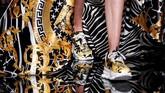 Versace pun menghadirkan kembali berbagai koleksi full motif dengan aneka warna cerah. (REUTERS/Allison Joyce)