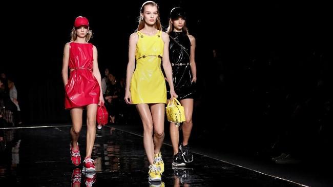 Uniknya, koleksi kali ini Donatella Versace seolah flashback dengan koleksi-koleksi lamanya, dari tahun 1994-2000-an. (REUTERS/Allison Joyce)
