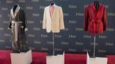 Sederet mantel, jubah dan jas yang kerap dipakai Hefner saat bersama gadis-gadis Playboy, dipajang di Julien's Auctions. (Photo by Robyn Beck / AFP)