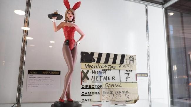 Sebuah patung Playboy Bunny yang terbuat dari damar dan dicat sedemikian rupa menjadi koleksi pribadi Hefner. (Photo by Robyn Beck / AFP)
