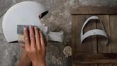 Pengampelasan salah satu jenis pekerjaan untuk membuat helm kustom di Solo, Jawa Tengah. (ANTARA FOTO/Mohammad Ayudha)