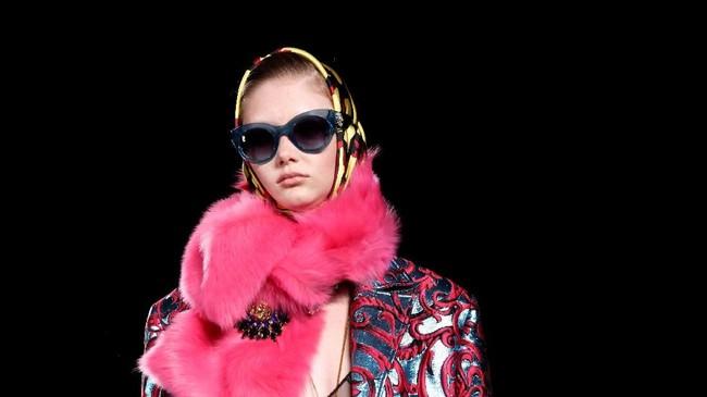 Versace kembali meluncurkan koleksi terbarunya Prefall 2019 di New York pada Minggu (2/12). (REUTERS/Allison Joyce)