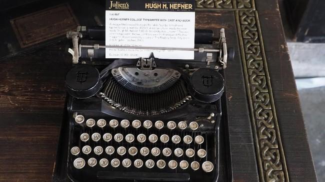 Mesin ketik kuno ini telah dimiliki Hefner sejak kuliah. Alat yang sama disebut digunakan Hefner untuk mengetik naskah edisi perdana majalah Playboy. (Photo by Robyn Beck / AFP)