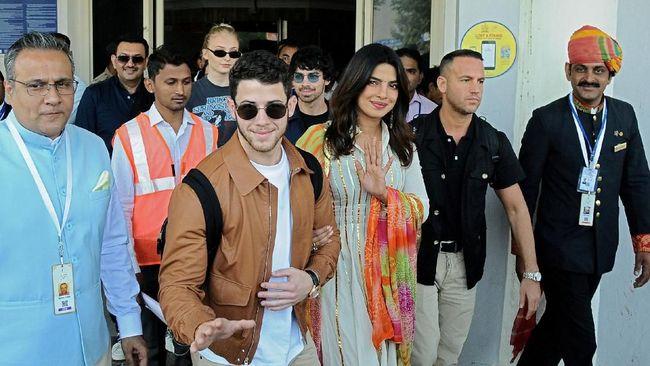 Priyanka Chopra Pamer Hadiah Mewah dari Nick Jonas