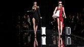 Donatella menghadirkan kembali siluet, motif, aksesori, sampai warna gaun yang populerdari koleksinya. (REUTERS/Allison Joyce)