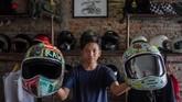 Pemilik usaha, Oki Wardana menunjukkan helm kustom di Solo, Jawa Tengah. (ANTARA FOTO/Mohammad Ayudha)