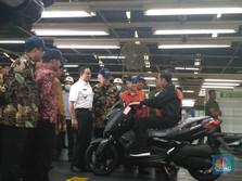 Dilihat Anies, Ini Gaya Jokowi Naik Xmax di Pabrik Yamaha