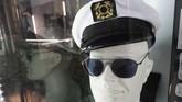 Topi kapten putih ini juga sering dipakai Hefner, lengkap dengan kacamata hitam keluaran Gucci. (Photo by Robyn Beck / AFP)