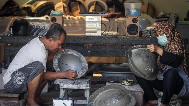 Sejumlah cetakan helm kustom disediakan sesuai pesanan konsumen dari Indonesia dan mancanegara. (ANTARA FOTO/Mohammad Ayudha)