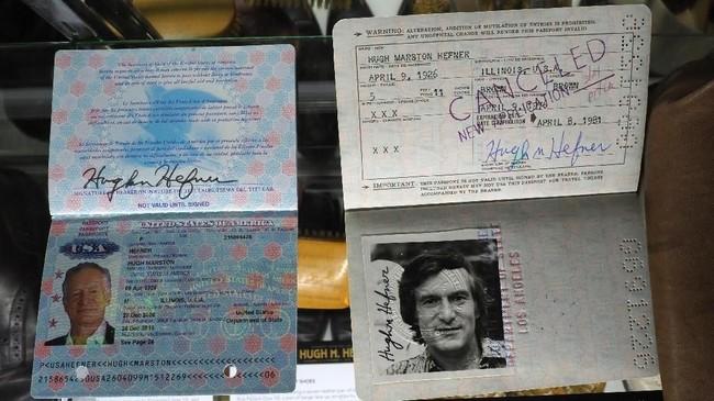 Paspor Hefner juga termasuk barang-barang pribadi dilelang pada 30 November sampai 1 Desember lalu. (Photo by Robyn Beck / AFP)