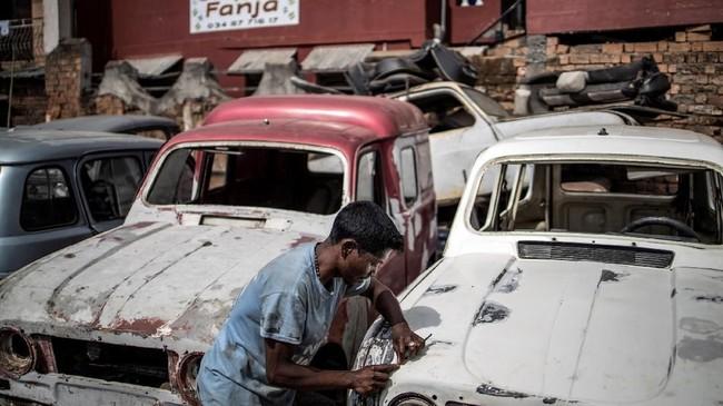Kondisi mobil lansiran produsen Prancis ini tak terawat. Hanya segelintir masyarakat yang masih mencintai mobil-mobil tua ini. (Photo by MARCO LONGARI / AFP)